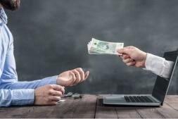 Homem-recebe-seu-cash-out-da-casa-de-aposta_ApostaBr