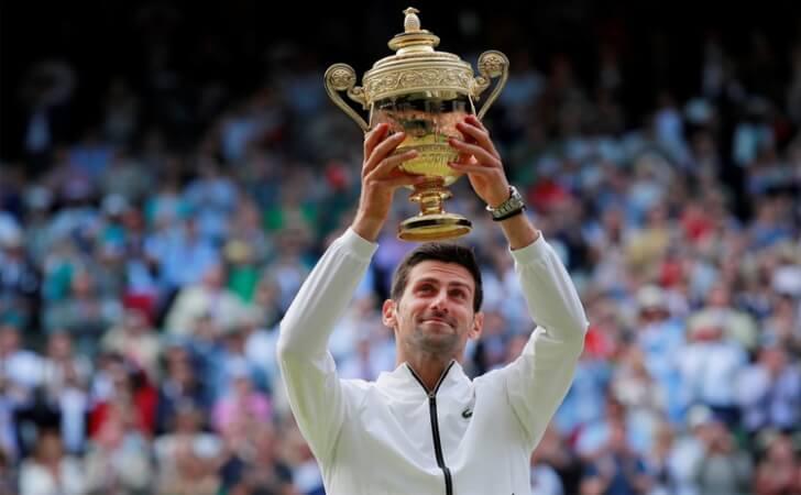 Atual-campeao-Novak-Djokovic-segura-a-taca-do-ano-anterior-