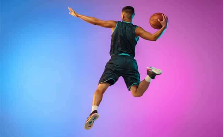 Jogador-lanca-sua-bola-para-a-cesta-no-basquete